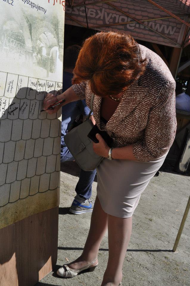 """Darczyńcy kupujący """"cegiełkę"""" (a właściwie dachówkę) podpisywali pamiatkowy plakat, który zawiśnie w Zagrodzie. Miejsce jeszcze jest, zapraszamy do wpisywania się!"""