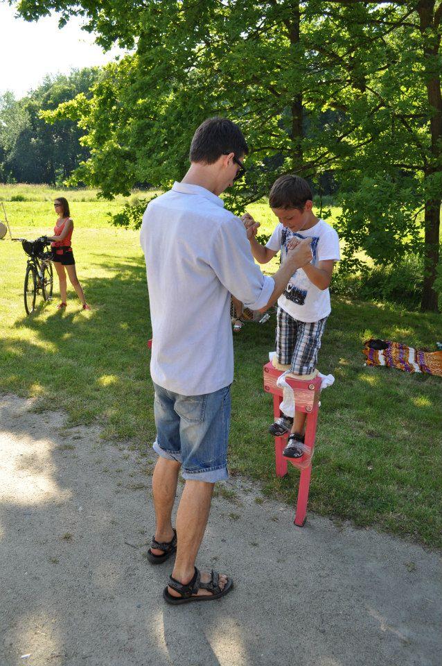 Instruktor Dawid Gudel z WDK w Nowym Kościele uczył młodszych i starszych chodzenia na szczudłach