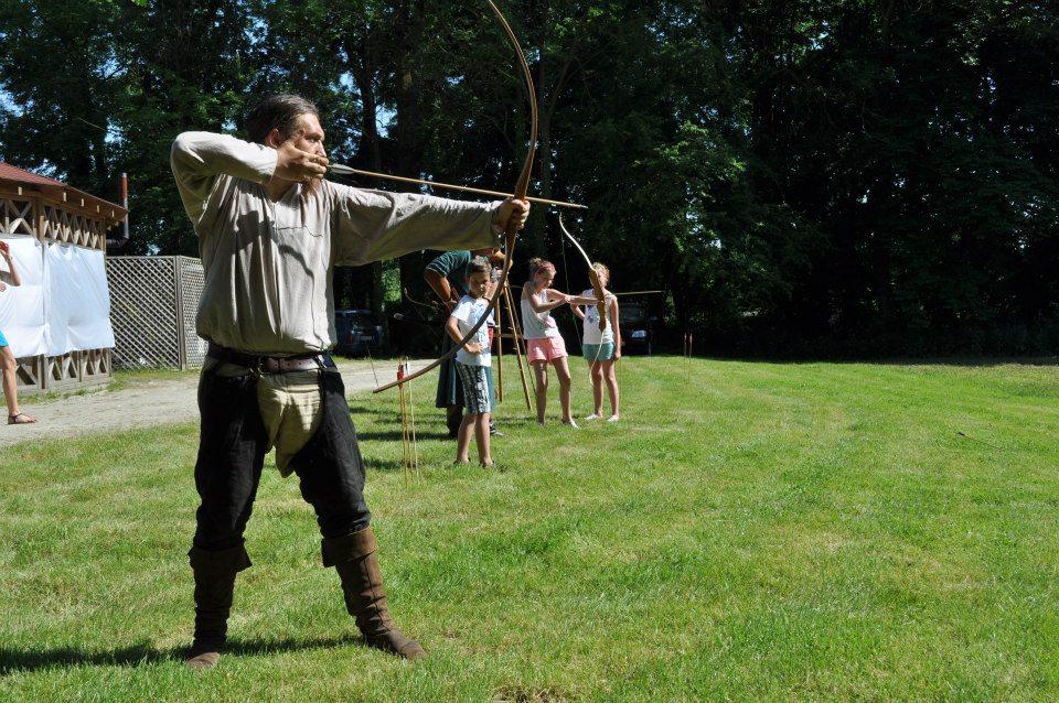 Fundacja FOPiT Gobi oraz grupa artystyczna pokazyhistoryczne.pl zapewnili wiele rycerskich atrakcji! Jedną z nich było strzelanie z różnych łuków.